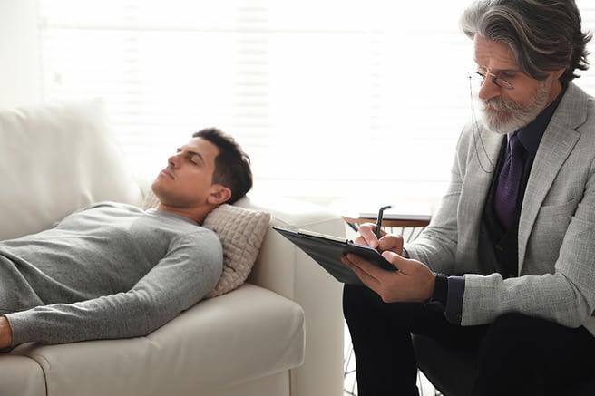 hombre recibiendo hipnosis para bajar de peso