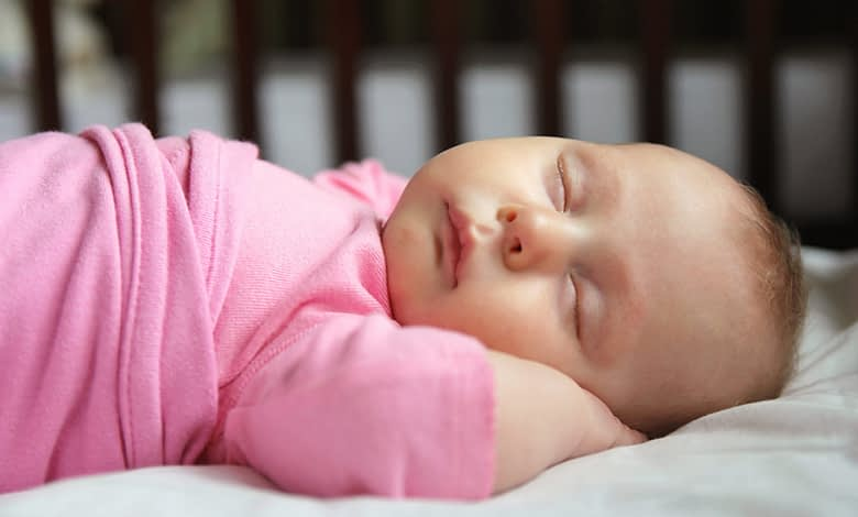 niña durmiendo en la cuna